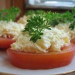 Вегетарианский рецепт: Свежие помидоры с сыром, чесноком и зеленью