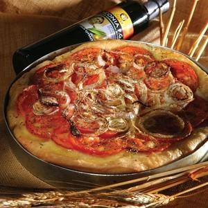 -tradicionnij-grecheskij-pirog-s-tomatami-lukom-ladenija