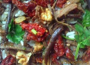 шафрановый рис с сушеными помидорами, баклажанами и орехами