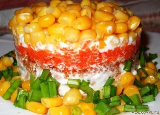 вегетарианский слоеный салат с рисом, кукрузой и красным перцем